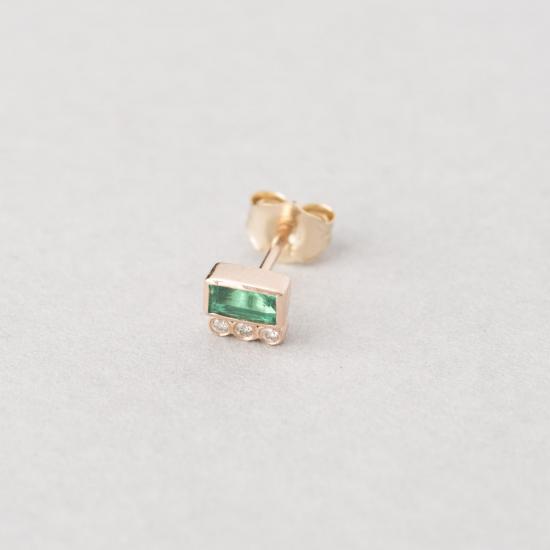 Emerald earring stud.