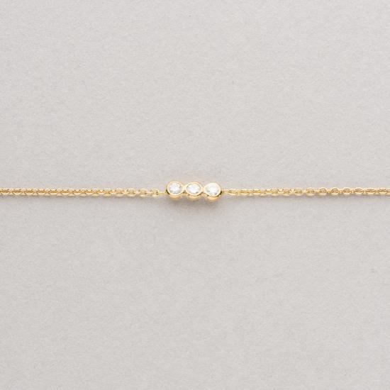 Fine bracelet with three diamonds.